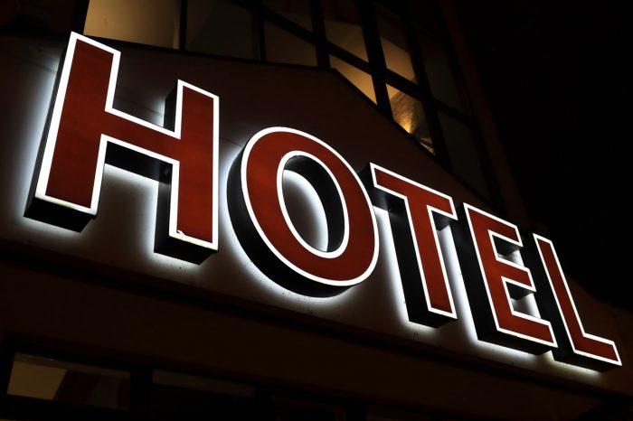 insegna hotel retroilluminata